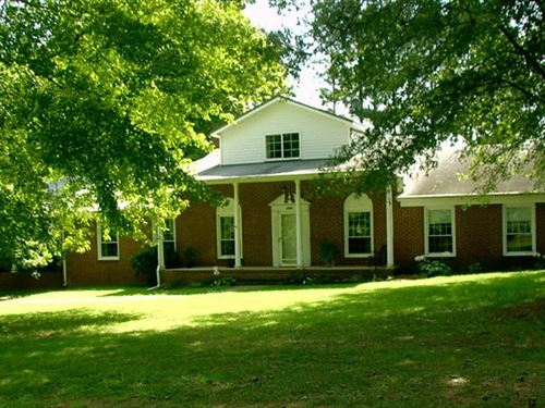 Spacious Brick Home 10 Acres : Victoria : Lunenburg County : Virginia