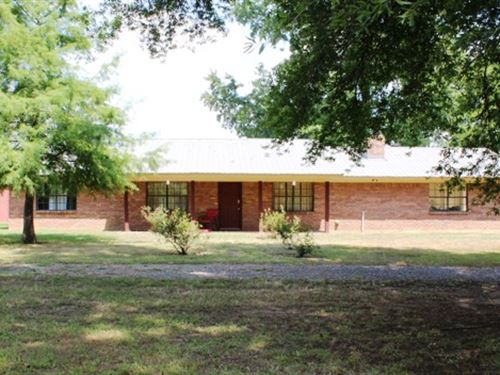 Country Living Brick Home With Barn : De Kalb : Bowie County : Texas