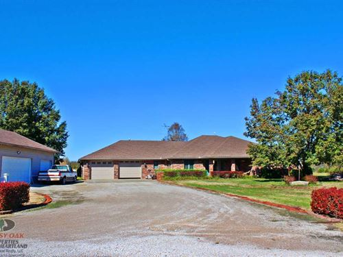 4 Bed/3.5 Bath, Pool, 9.5 Acres : Coffeyville : Montgomery County : Kansas